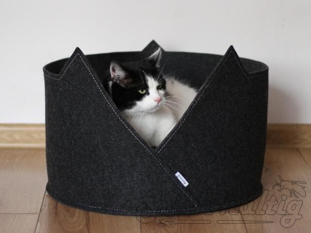 Rundes Katzebett aus Filz mit Katze