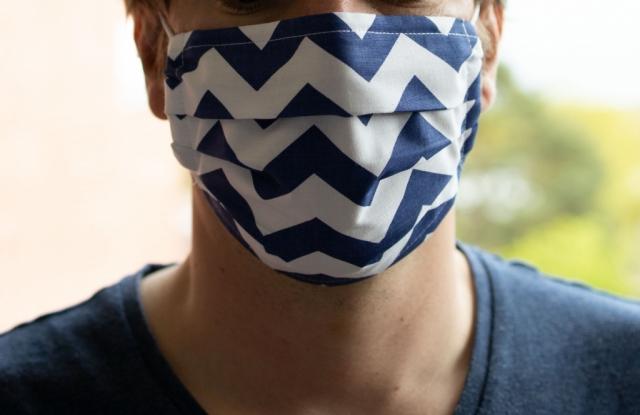 Maske mit blauen Streifen
