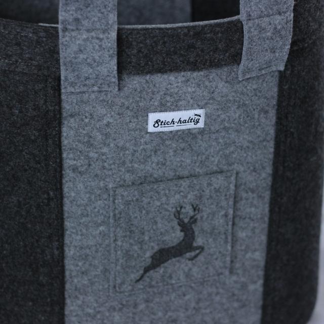 Korb zweifarbig mit Hirsch auf der Tasche